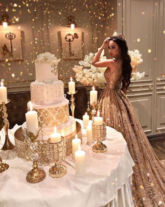 Mariage princesse avec décoration en blanc et doré, robe de mariée dorée, gateau de mariage fantastique, gateau mariage image, beau gateau de mariage