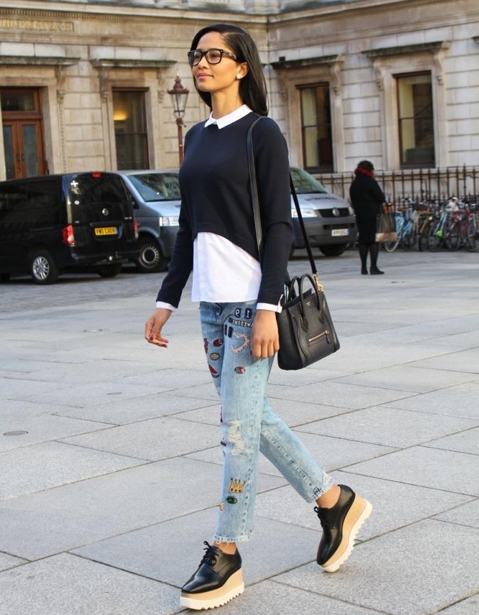 look casual chic en jeans clairs avec blouse noire et chaussure plateforme, modèle de derbies compensées en beige et noir