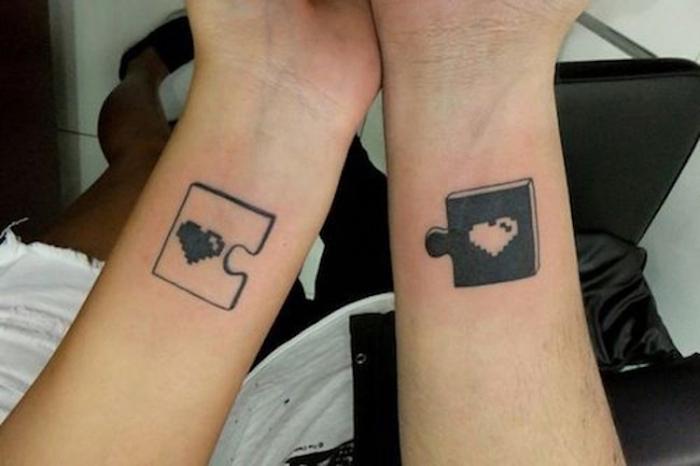 tatouage en commun, tatouage de couple, modèles à faire à deux, beau tattoo parties du puzzle avec un coeur