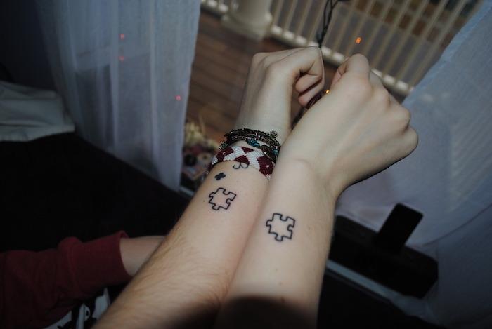 Puzzle tatouage joli, idée tatouage de couple, tattoo romantique sur le poignet de couple amoureux