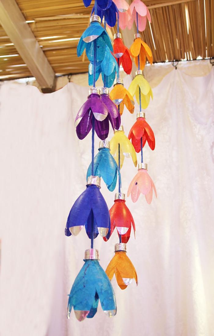 bricolage récupération créatif avec des bouteilles en plastique, déco de printemps avec une jolie suspension de fleurs en plastique récup