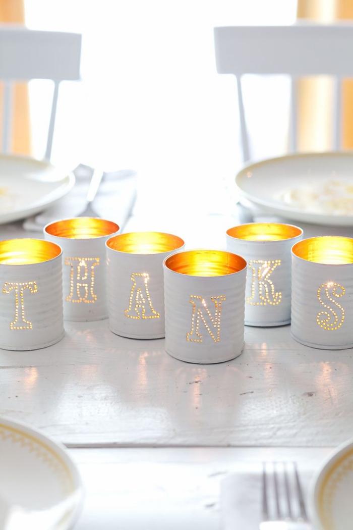 idee deco recup avec des boîtes de conserves, décoration de table originale avec un centre de table lumineux
