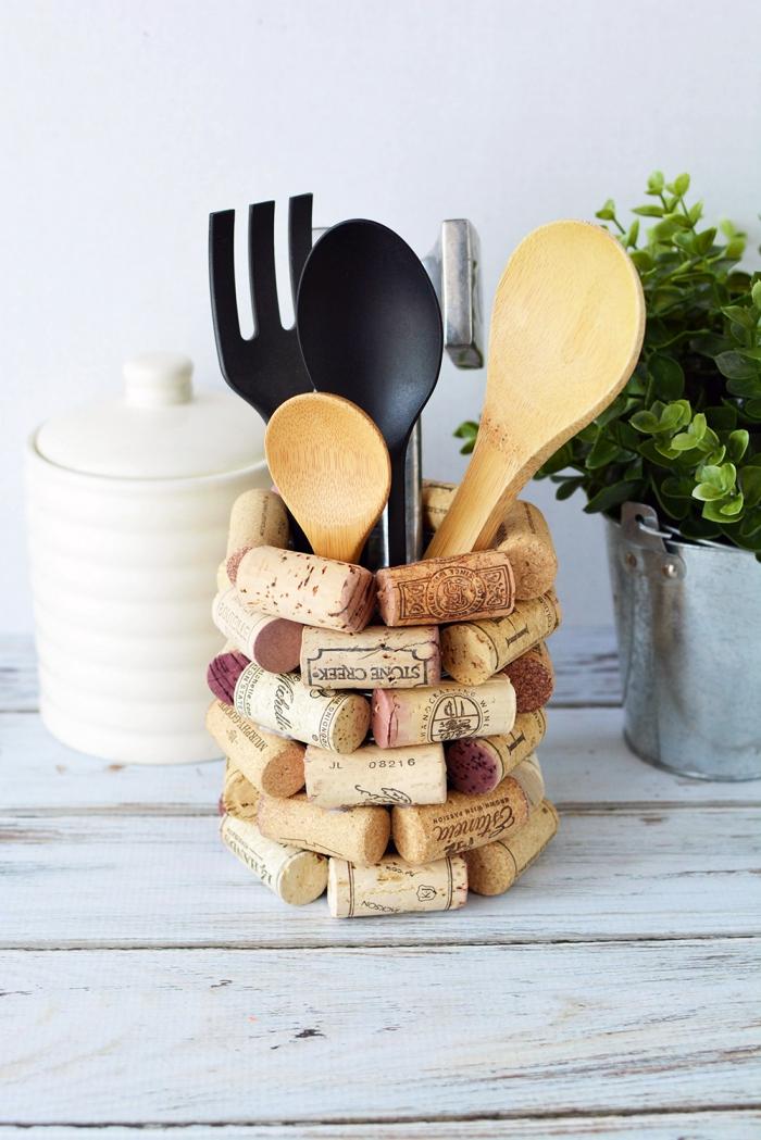 idée de détournement objet pratique et fonctionnel, faire un porte-ustensiles pour cuisine à partir d'une boîte de conserve et des bouchons de liège récupérés