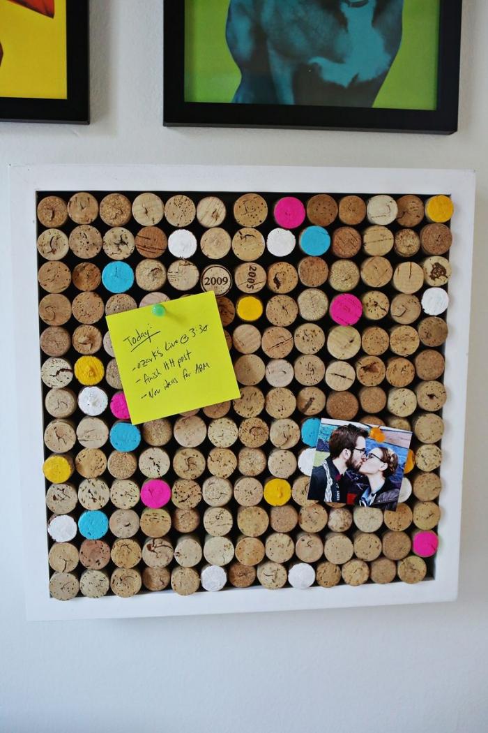 tableau mémo original avec des bouchons de liège nature et de couleur, bricolage récupération avec des bouchons de liège