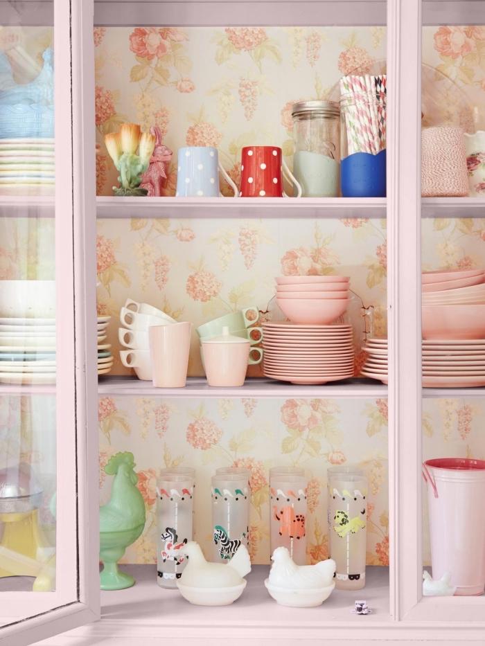 idée déco papier peint fleuri dans la cuisine vintage, tapisser le fond des placards