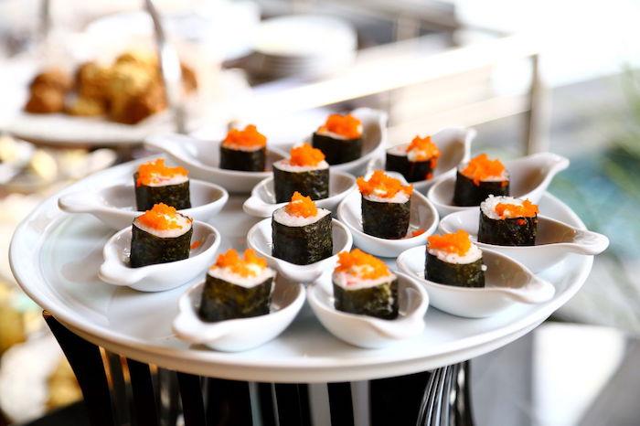 sushi riz, saumon et caviar servi dans des cuillères blanches bouchée apéritif dinatoire a faire soi meme