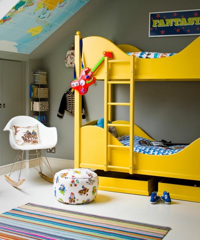 chambre enfant garcon en gris et jaune, tabouret floral, chaise scandinave, toit sous pente, tapis rayures