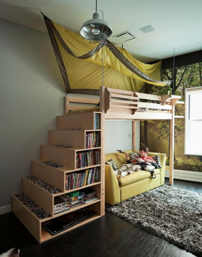 escalier bibliothèque, lit avec une tente jaune, sofa jaune, tapis gris moelleux