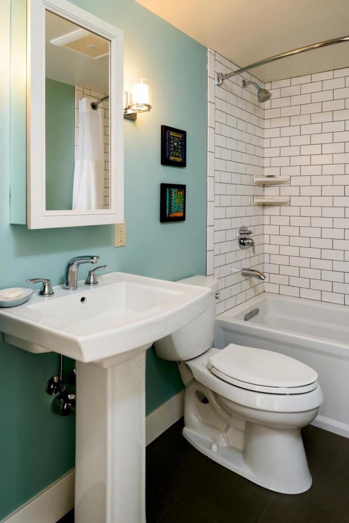 décoration petit espace avec pan de mur en peinture verte et carrelage mural à design briques blanches, modèle de petite baignoire