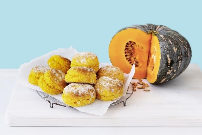 recette de petit gateau citrouille moelleux et légèrement sucré, des scones à la citrouille faciles qui pourraient servir de collation ou de dessert