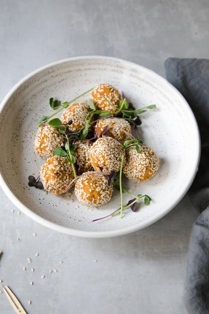 recette de courge facile et savoureuse pour préparer des falafels au potimaron healthy, enrobées de graines de sésame et cuites au four
