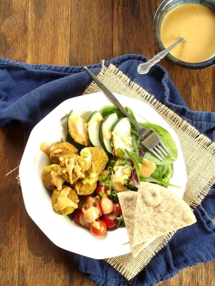 recette de courge originale idéale pour recevoir des amis, des falafels healthy à la courge avec de la sauce tahini faite maison