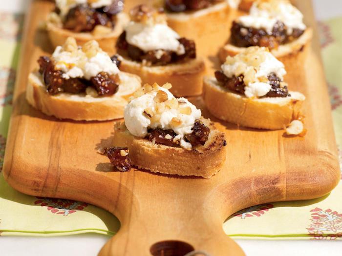 bruschetta recette pain grillé aux figues et ricotta avec des noix sur une planche à découper, apéro recette tapas froids
