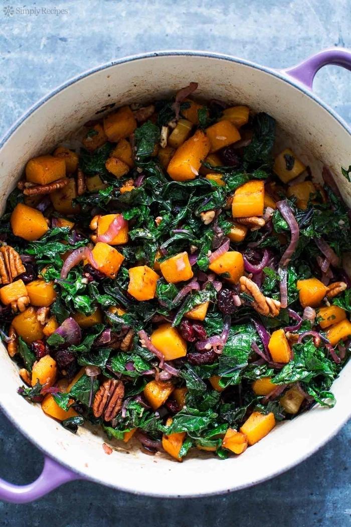 dès de courge rôtis sautés à la poêle avec du chou kale, oignons caramélisés,noix et canneberges, recette citrouille au four avec des légumes