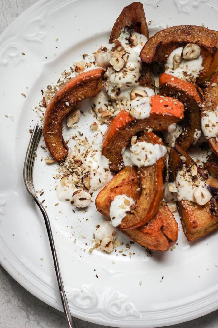recette citrouille au four à la cannelle, sauce yaourt et noisettes, dessert d'automne rapide et facile de courge rôtie épicée