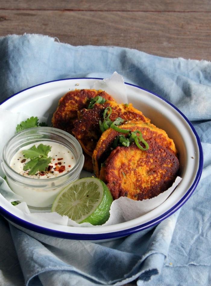 recette de courge en croquettes délicieuses, croquette de courge servies avec de la sauce yaourt faite maison et des tranches de citron vert