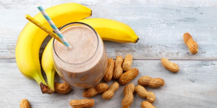 incorporer du beurre d'arachide dans le smoothie maison banane, repas minceur ou boisson