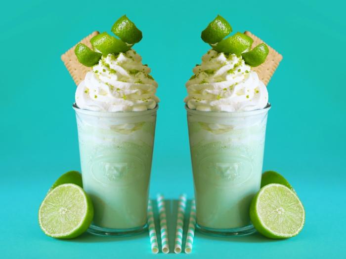 milkshake exotique au citron vert décoré de biscuits et de crème onctueuse