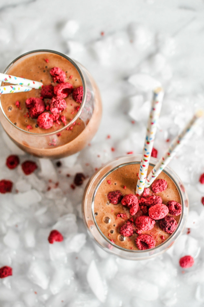recette milkshake chocolat framboises, pailles jolies, glaçons, framboises congelées