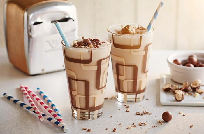 tasses de milkshake chocolat, pailles colorées, bonbons au chocolat pleins de crème
