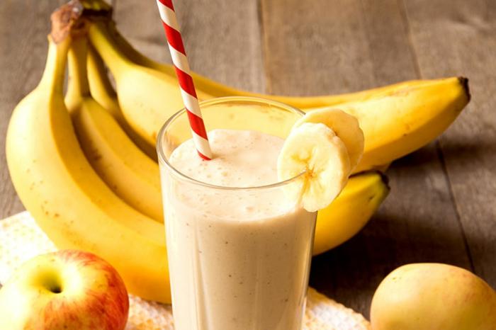 recette smoothie blender, smoothie jaune, pommes et bananes pour une boisson saine