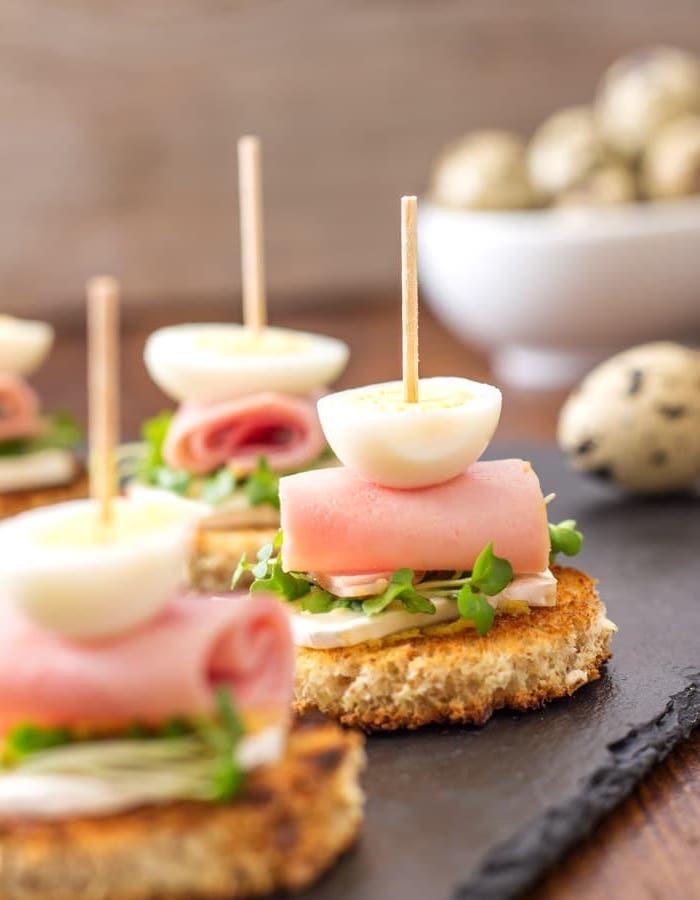 pain grillé tartine fromage de chèvre, jambon, oeuf et herbes fraiches sur tartine, recette tapas facile a faire, brochette apero dinatoire