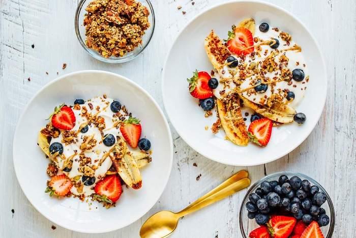 banane, fraises, myrtilles au yaourt grec et granola, museli, idée d assiette petit déjeuner saine et colorée