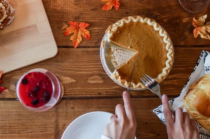 recette d'automne traditionnelle pour une tarte à la citrouille sucrée avec de la purée faite maison