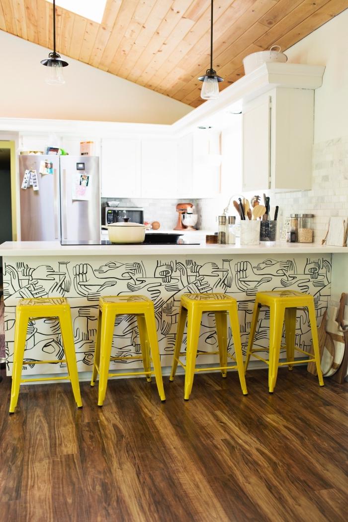 relooking cuisine avec un petit budget, revêtir un îlot de cuisine de papier peint graphique tendance pour lui donne un nouveau look