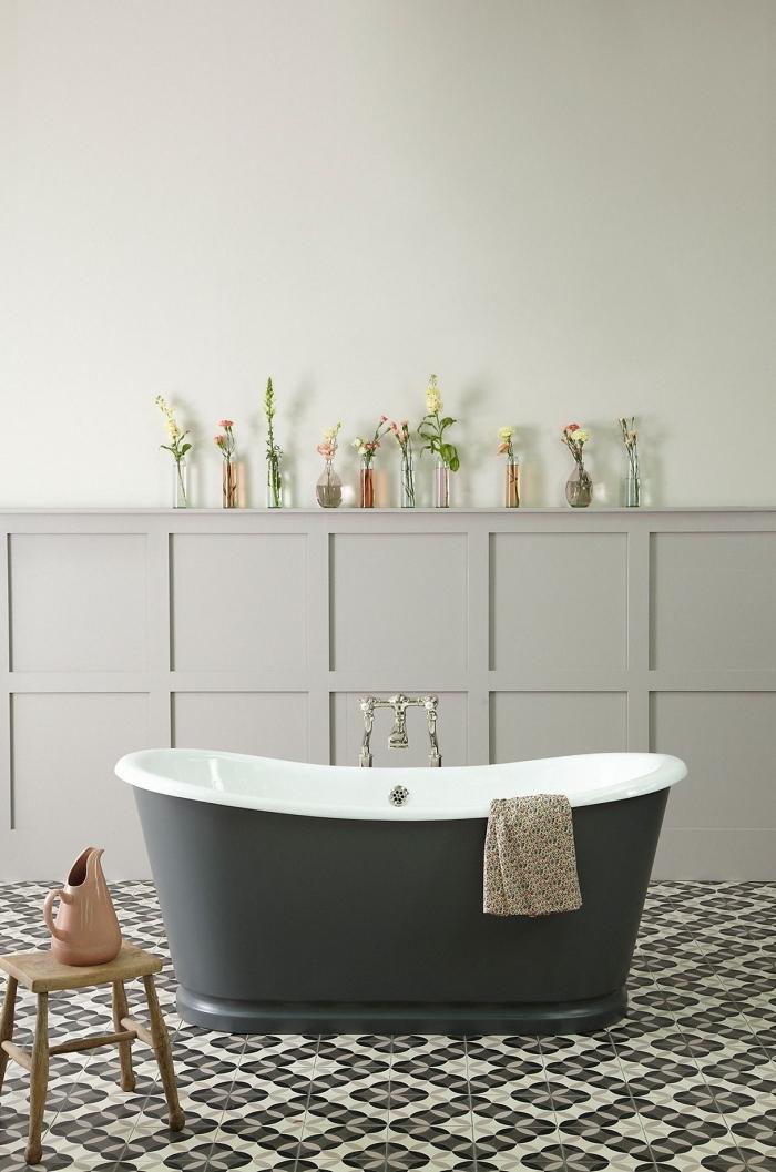 des carreaux de ciment noir et blanc pour un effet graphique visuel garanti au sol de cette cuisine vintage avec baignoire à finition mate