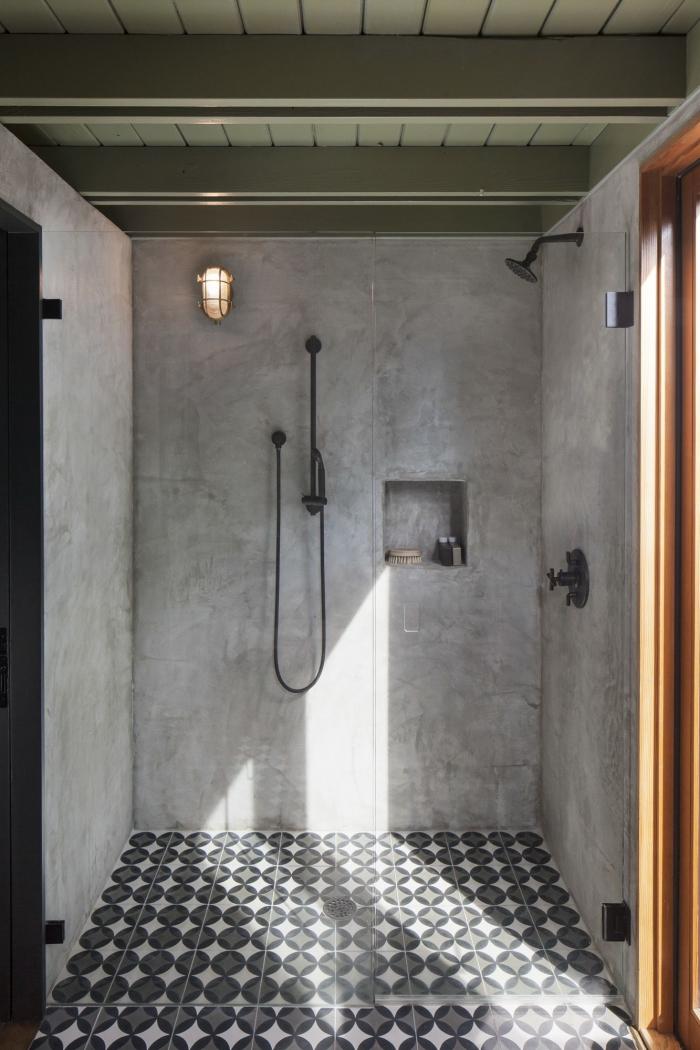 modele de salle de bain al italienne au sol en carreaux de ciment graphiques qui joue sur les effets de matière