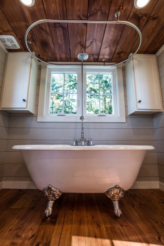comment aménager une petite salle de bain de style rustique, déco aux murs en panneau gris clair et plancher bois marron