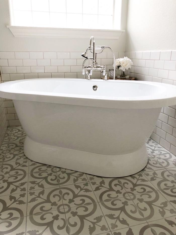 les carreaux de ciment salle de bain à motifs arabesques et le carrelage métro blanc font bon ménage dans cette salle de bains monochrome