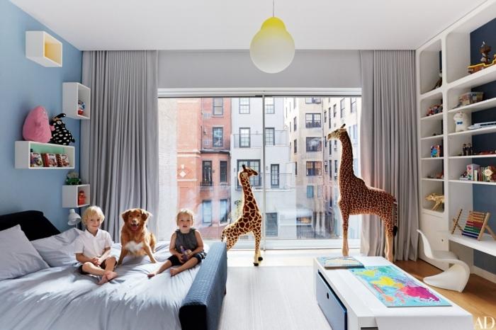 chambre de garcon gris et blanc, étagère blanche, deux girafes, étagères blanches