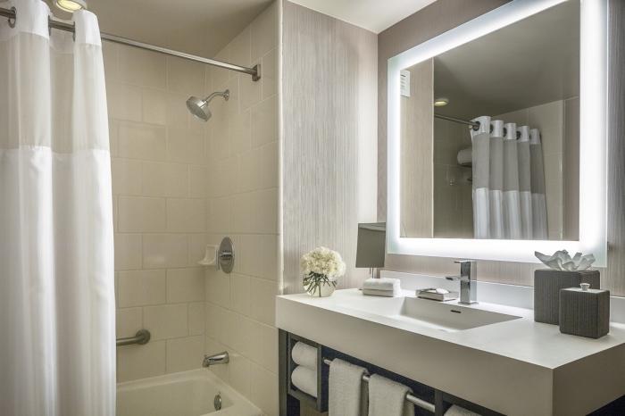 quelle palette de couleurs pour un petit espace, modèle de miroir moderne avec éclairage, exemple aménagement petite salle de bain
