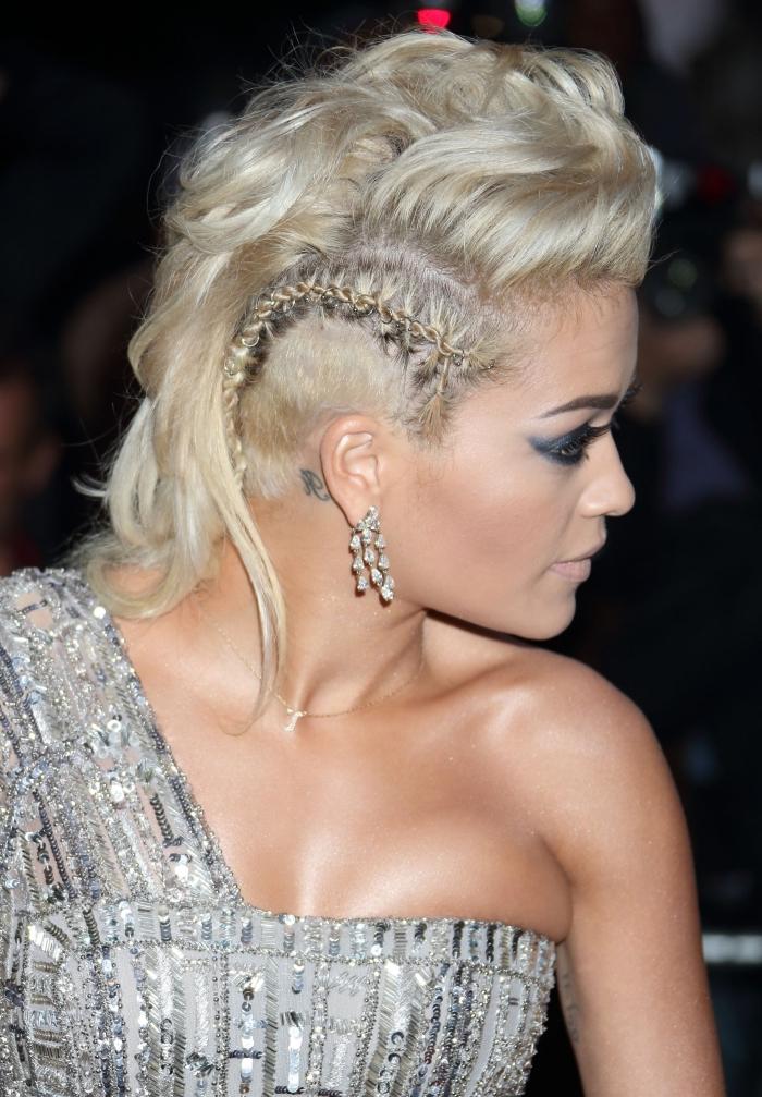look moderne et chic de Rita Ora avec une coiffure pour cheveux rasés longs rasés de côté avec une petite tresse plaque