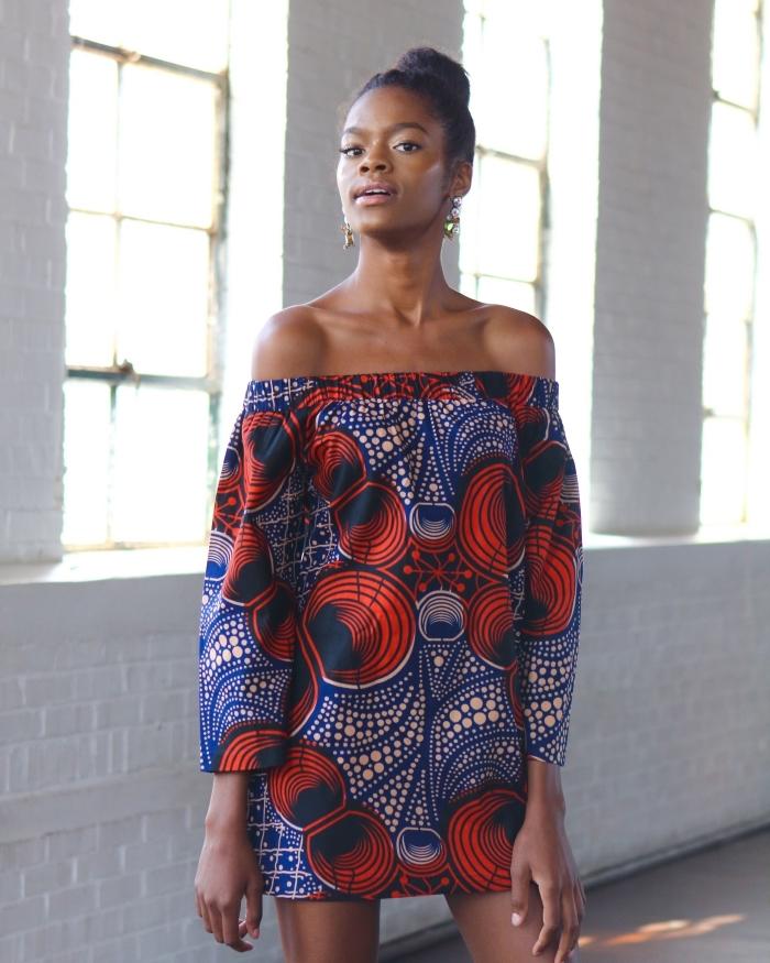robe tunique aux épaules dénudées et à manches longues en tissu wax bleu et orange pour une tenue wax pleine de fraîcheur