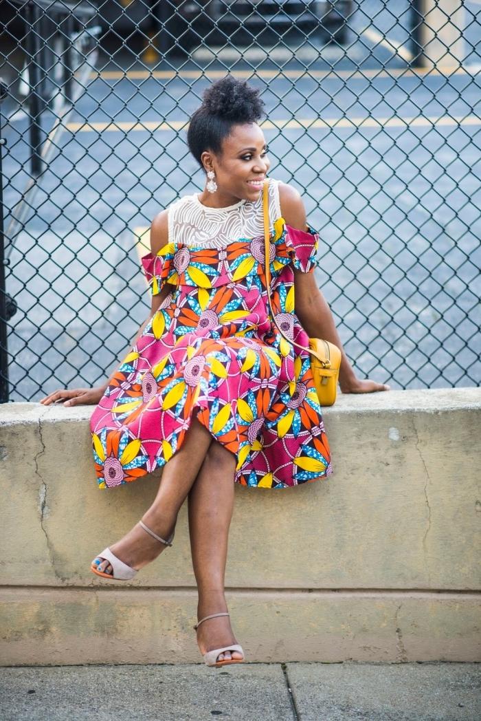 tenue wax moderne pour l'été, une robe bi-matière fluide aux épaules dénudées avec co, à motifs multicolores pour un look d'été frais et chic