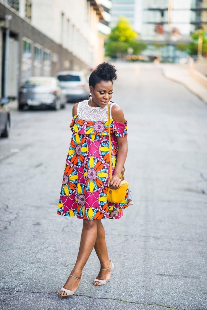 tenue wax moderne pour l'été, une robe courte fluide aux épaules dénudées avec co, à motifs multicolores
