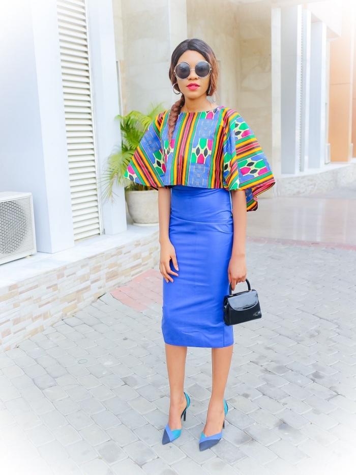 robe africaine moderne qui joue sur le contraste entre le haut cape coloré et la jupe crayon en simili cuir