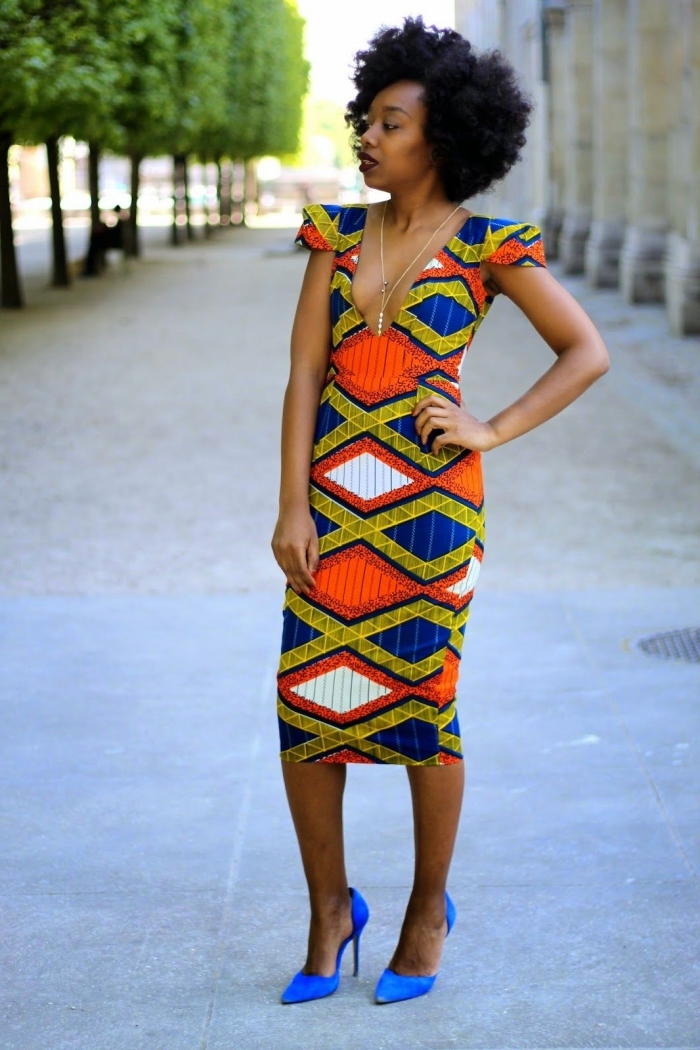 robe midi épousant le corps à décolleté plongeant, à motifs géométriques africains colorés