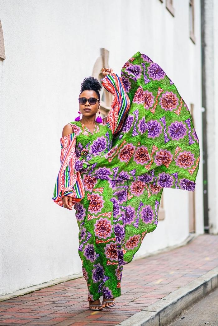 mode ethnique chic femme, modele de robe africaine maxi longue et fluide à motifs fleuris rose et violet avec des manches de fantaisie tombantes
