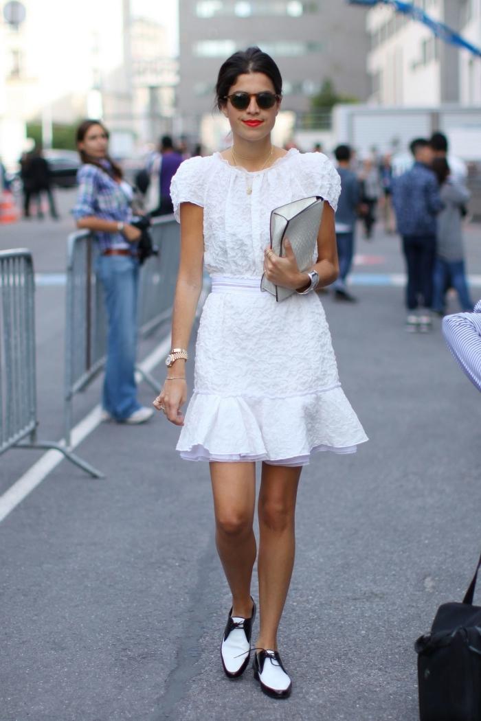 look total blanc en robe mi-longue à design broderie combinée avec une paire de derbies plates en blanc avec contours en noir