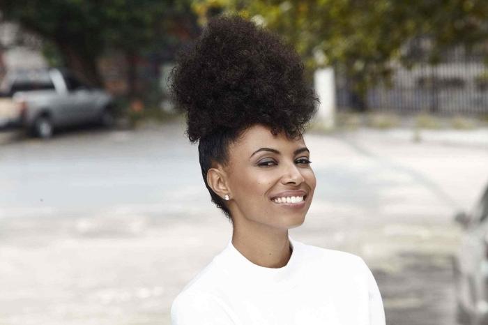 modèle de coiffure cheveux crépus attachés, exemple de coiffure style afro puff sur cheveux longs crépus attachés sur le haut de la tête