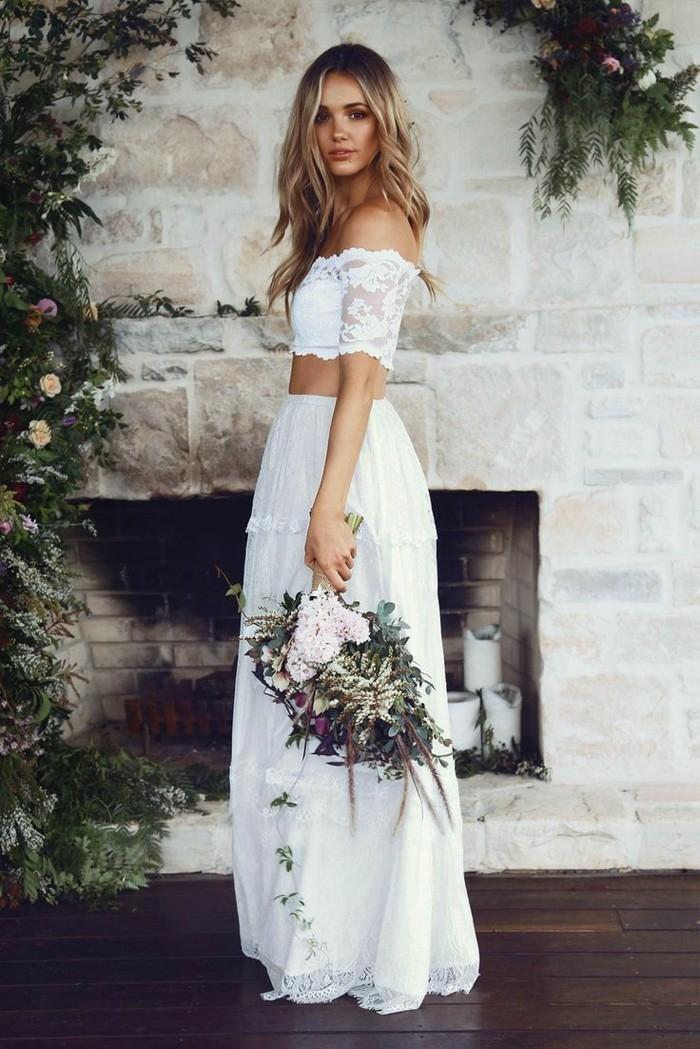 robe blanche boheme, vetement hippie chic, épaules dénudées, robe longue hippie chic, robe de mariée bohème, vêtement deux pièces, jupe avec des volants, ourlets en dentelle blanche transparente