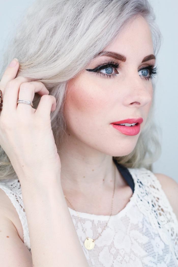 exemple de contouring partiel sur les joues, sculpter son visage avec un contouring léger sur les joues, maquillage yeux bleus