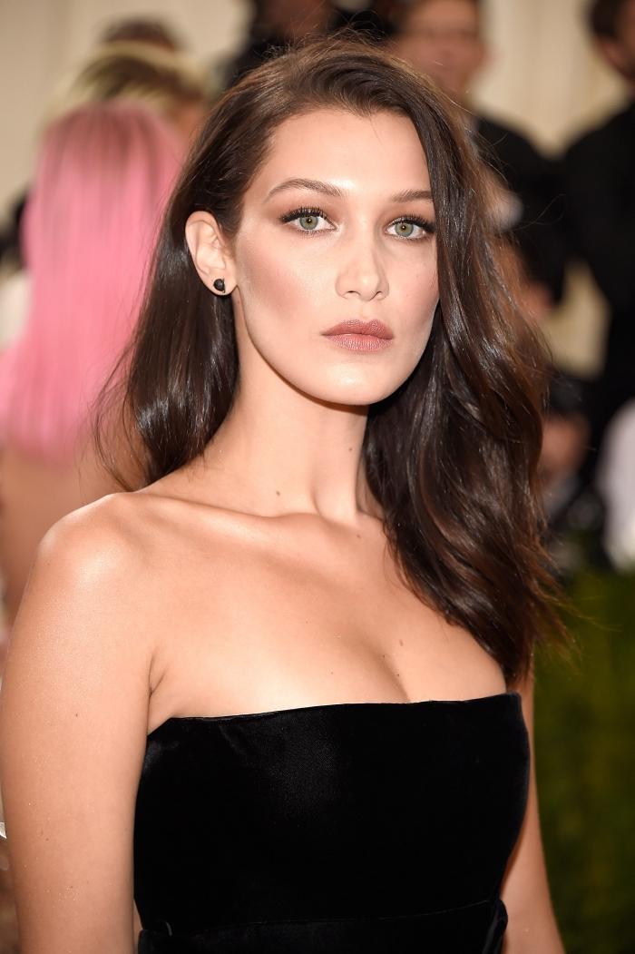 exemple de maquillage contouring parfait de Bella Hadid, comment se maquillage naturellement pour une occasion spéciale