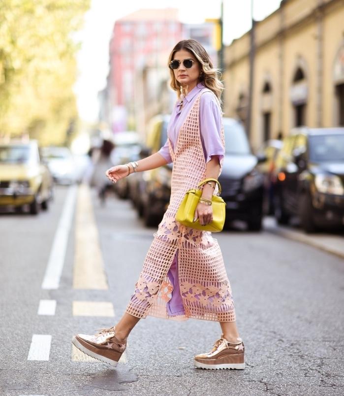 modèle de derbies compensées en rose gold de Stella Mccartney, chaussures plateformes combinées avec sac à main jaune