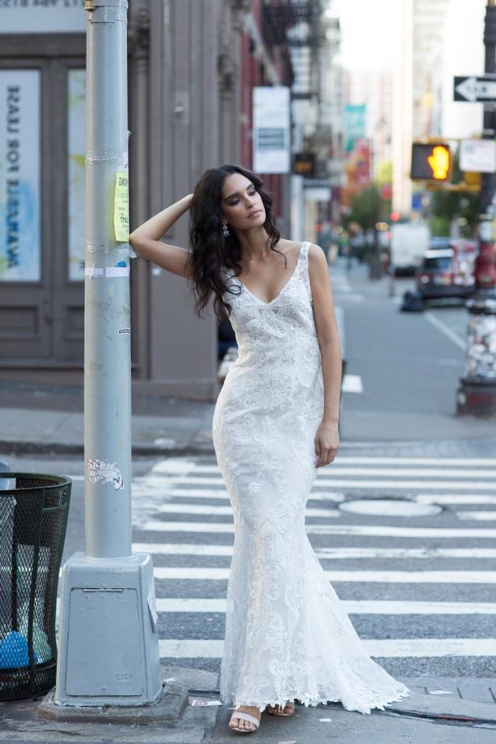 silhouette élégante avec une robe mariee dos nu à bas évasé recouverte de dentelle, avec un joli décolleté dos en v