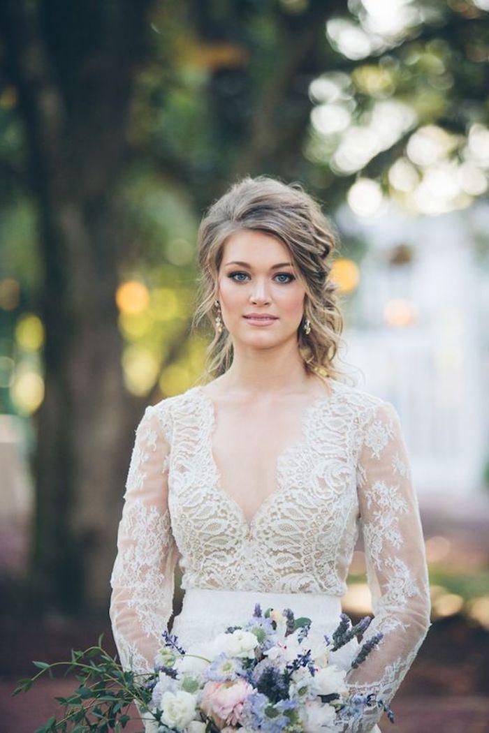 Coiffure mariee coiffure bohème, idee coiffure mariee à la mode hippie chic, top de robe de mariée en dentelle, bouquet de fleurs
